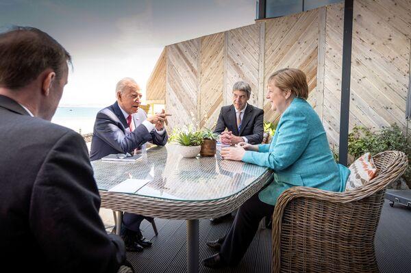 Spotkanie prezydenta USA Joe Bidena i kanclerz Niemiec Angeli Merkel na szczycie G7 w Kornwalii - Sputnik Polska