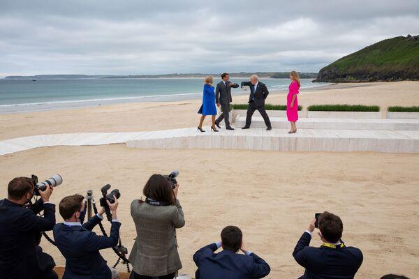 Premier Wielkiej Brytanii Boris Johnson z żoną Kerry witają prezydenta Francji Emmanuela Macrona z żoną w Kornwalii - Sputnik Polska