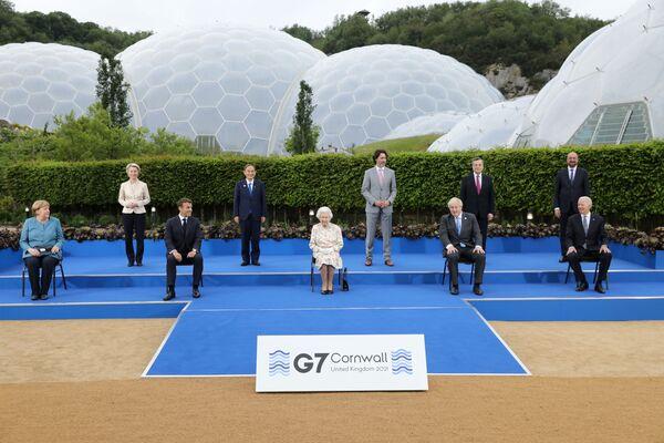 Przywódcy krajów uczestniczących w szczycie G7 podczas zdjęć grupowych w Kornwalii - Sputnik Polska