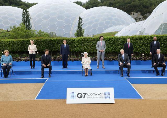 Przywódcy krajów uczestniczących w szczycie G7 podczas zdjęć grupowych w Kornwalii.