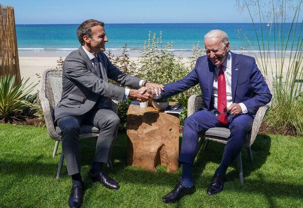 Prezydent Francji Emmanuel Macron i prezydent USA Joe Biden podczas spotkania na marginesie szczytu G7 w Wielkiej Brytanii - Sputnik Polska