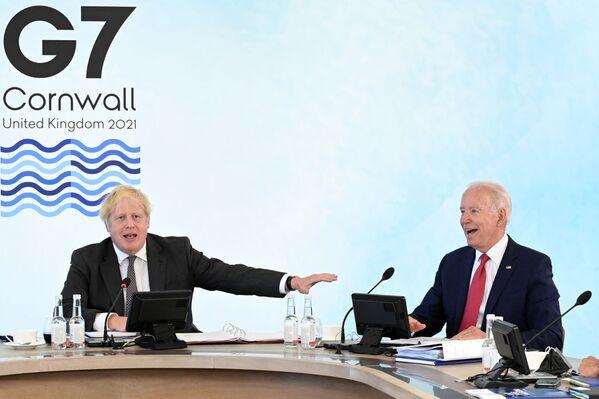 Premier Wielkiej Brytanii Boris Johnson i prezydent USA Joe Biden podczas szczytu G7 w Kornwalii - Sputnik Polska