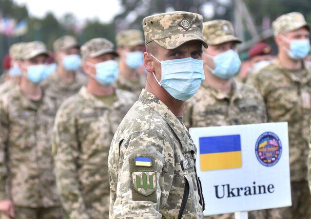 Ukraińscy żołnierze na ceremonii otwarcia wspólnych ćwiczeń wojskowych Ukrainy i państw NATO.