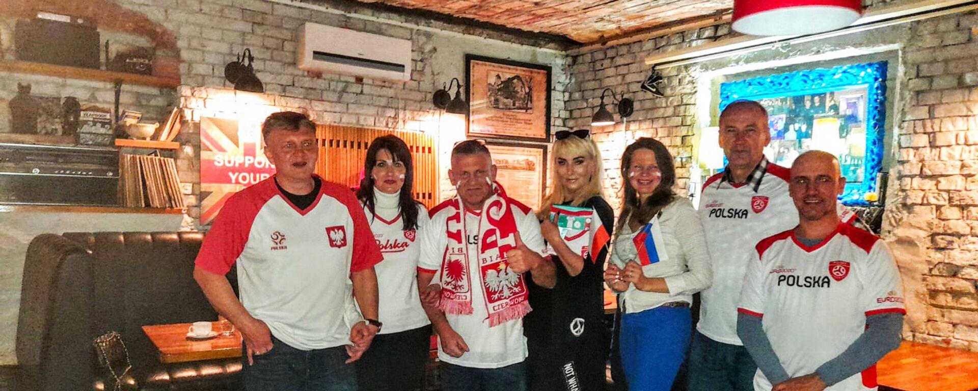 Artur Janiak zebrał wokół siebie sporą grupę ludzi, którzy też lubią futbol - Sputnik Polska, 1920, 14.06.2021