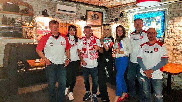 Artur Janiak zebrał wokół siebie sporą grupę ludzi, którzy też lubią futbol - Sputnik Polska
