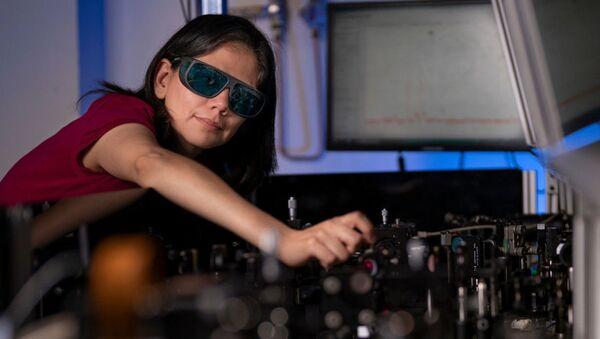 Australijscy i europejscy naukowcy opracowali rewolucyjną technologię, która umożliwia wyraźne widzenie w ciemności dzięki ultracienkiej błonie, którą można nałożyć na powierzchnię zwykłych okularów. - Sputnik Polska