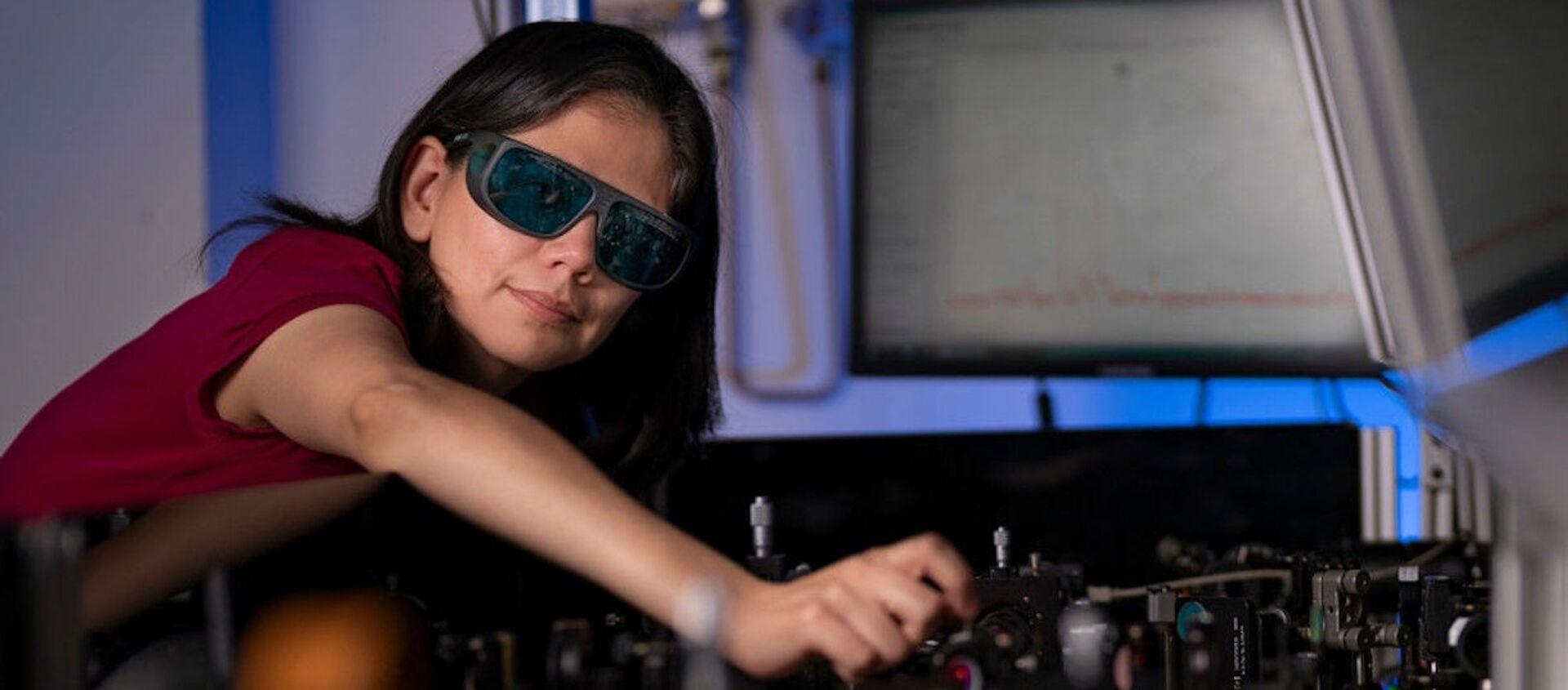Australijscy i europejscy naukowcy opracowali rewolucyjną technologię, która umożliwia wyraźne widzenie w ciemności dzięki ultracienkiej błonie, którą można nałożyć na powierzchnię zwykłych okularów. - Sputnik Polska, 1920, 16.06.2021