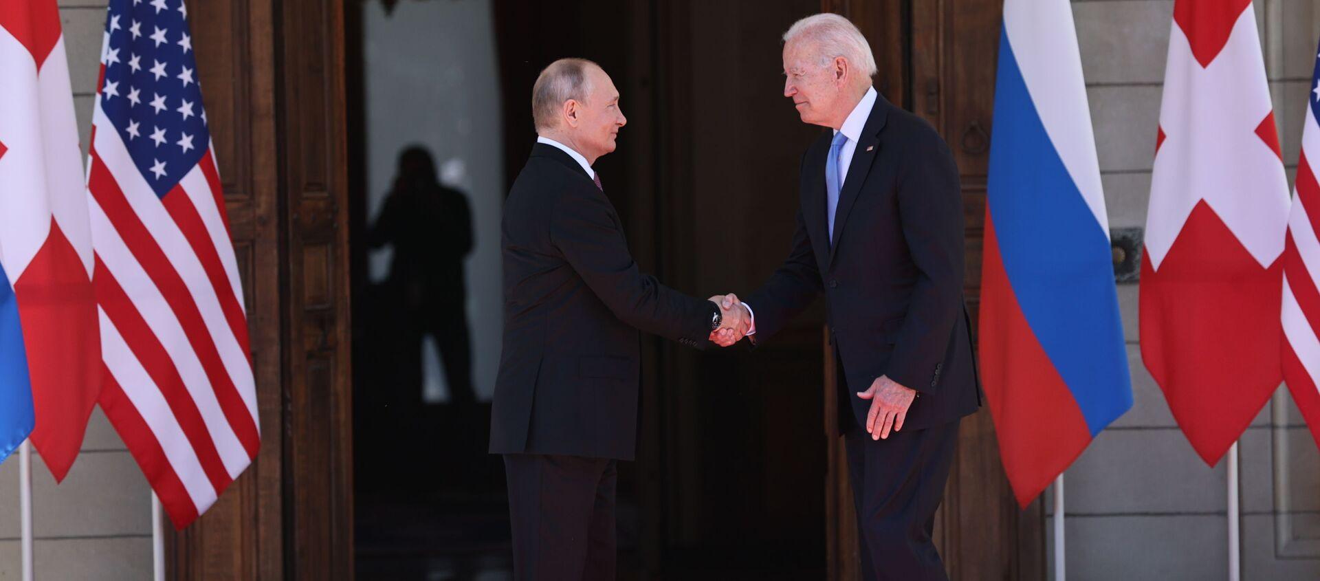 Prezydent Rosji Władimir Putin i prezydent USA Joe Biden podczas spotkania w Genewie - Sputnik Polska, 1920, 16.06.2021