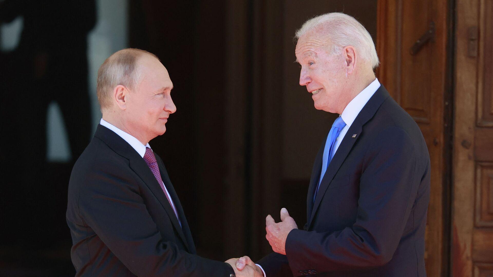 Prezydent Rosji Władimir Putin i prezydent USA Joe Biden podczas spotkania w Genewie - Sputnik Polska, 1920, 17.07.2021