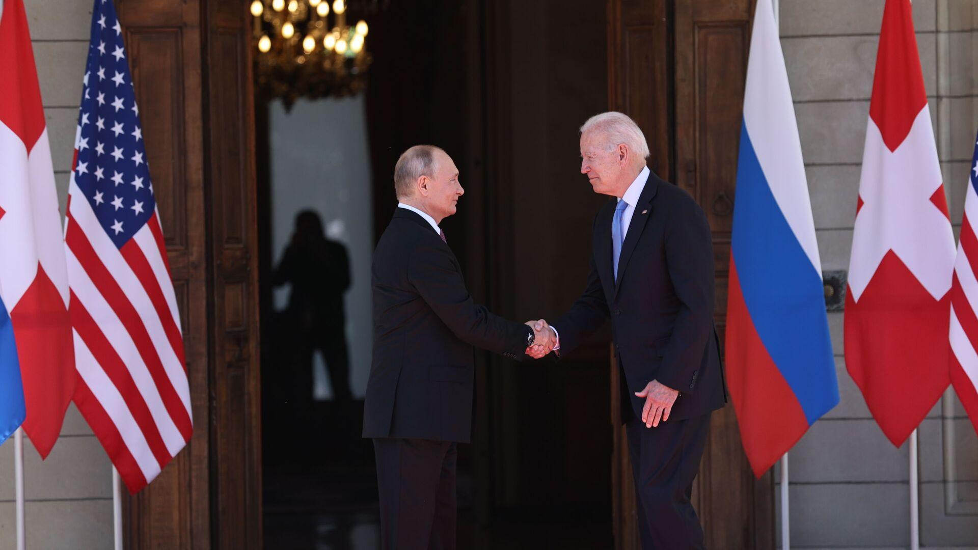 Prezydent Rosji Władimir Putin i prezydent USA Joe Biden podczas spotkania w Genewie - Sputnik Polska, 1920, 21.06.2021