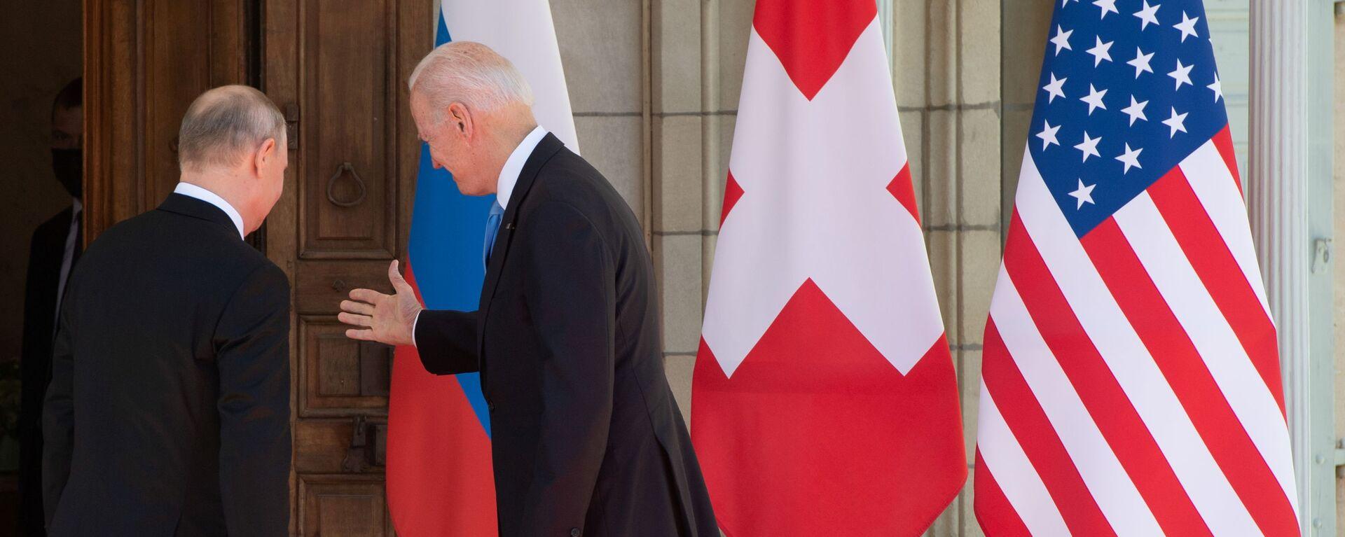Prezydent Rosji Władimir Putin i prezydent USA Joe Biden podczas spotkania w Genewie - Sputnik Polska, 1920, 14.07.2021