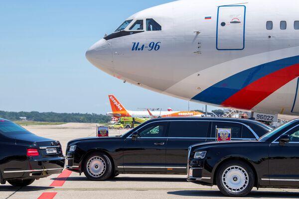 Limuzyna z rosyjskim prezydentem Władimirem Putinem opuszcza lotnisko przed szczytem USA-Rosja w Genewie. Cointrin, Szwajcaria - Sputnik Polska