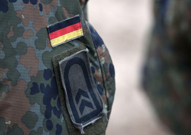 Niemiecka flaga na mundurze.