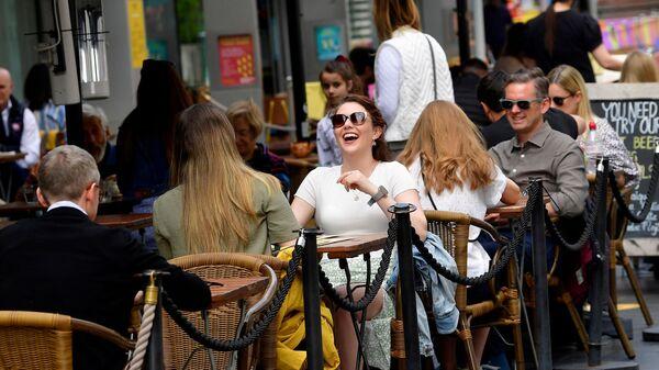 Посетители кафе на улице South Bank в Лондоне, Великобритания - Sputnik Polska