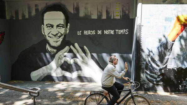 Graffiti przedstawiające Aleksieja Nawalnego autorstwa szwajcarskiego artystów Julien Baro & Lud, Szwajcaria. - Sputnik Polska