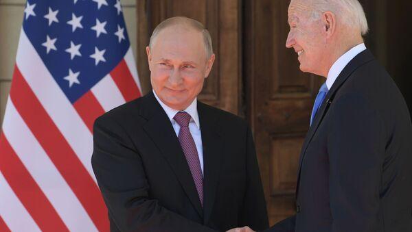 Prezydent Rosji Władimir Putin i prezydent USA Joe Biden na spotkaniu w Genewie. - Sputnik Polska