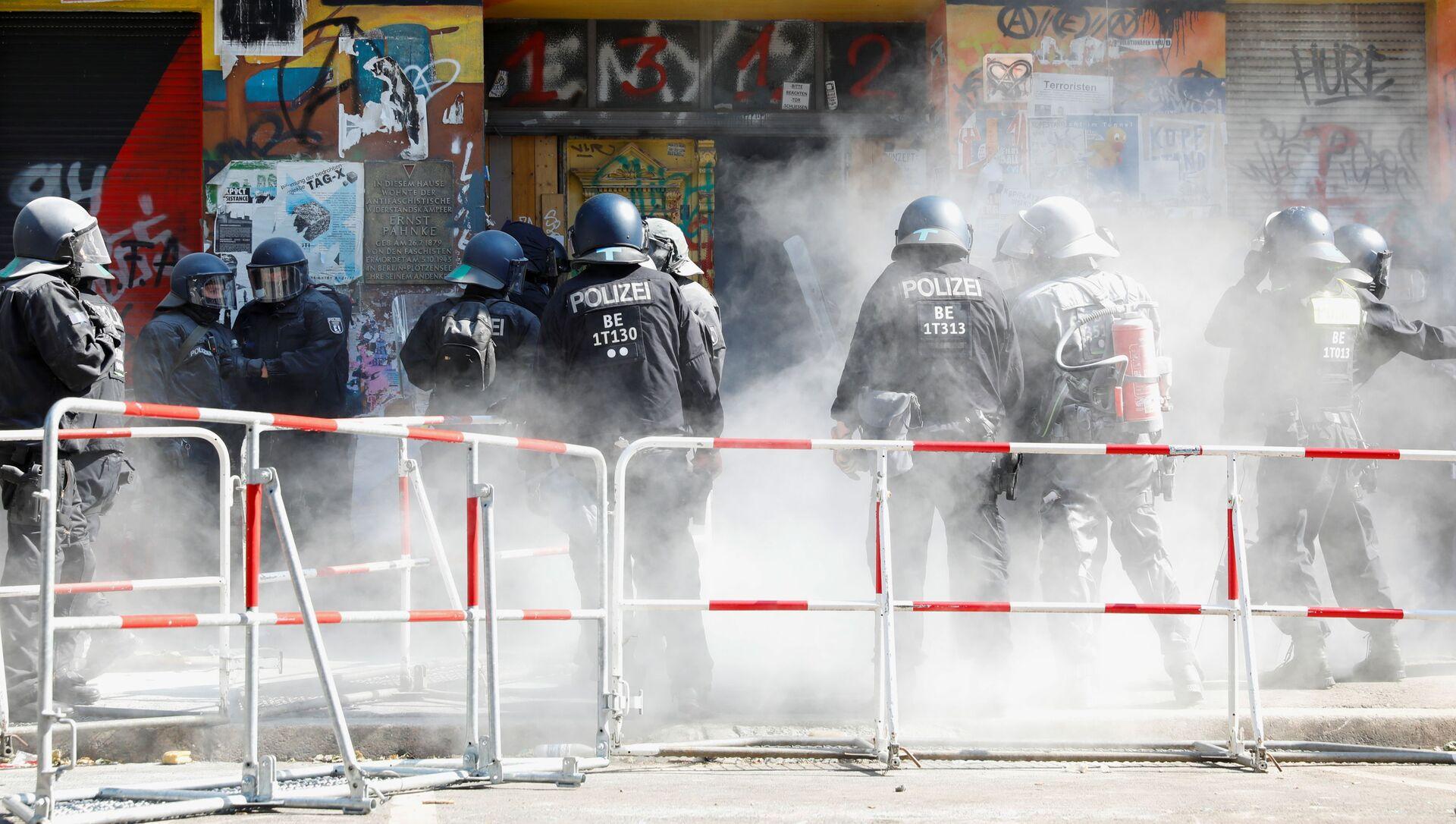 Około 80 policjantów zostało rannych w wyniku oporu stawianego przez lewicowych radykałów podczas przesiedlenia domu w dzielnicy Friedrichshain-Kreuzberg w Berlinie.  - Sputnik Polska, 1920, 17.06.2021
