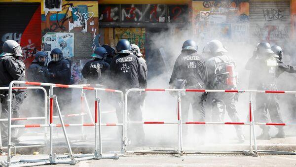 Około 80 policjantów zostało rannych w wyniku oporu stawianego przez lewicowych radykałów podczas przesiedlenia domu w dzielnicy Friedrichshain-Kreuzberg w Berlinie.  - Sputnik Polska