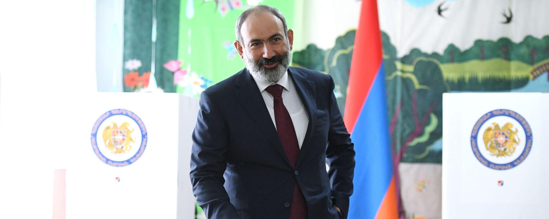 Nikola Paszinian głosuje w przedterminowych wyborach parlamentarnych w Armenii.  - Sputnik Polska, 1920, 29.06.2021