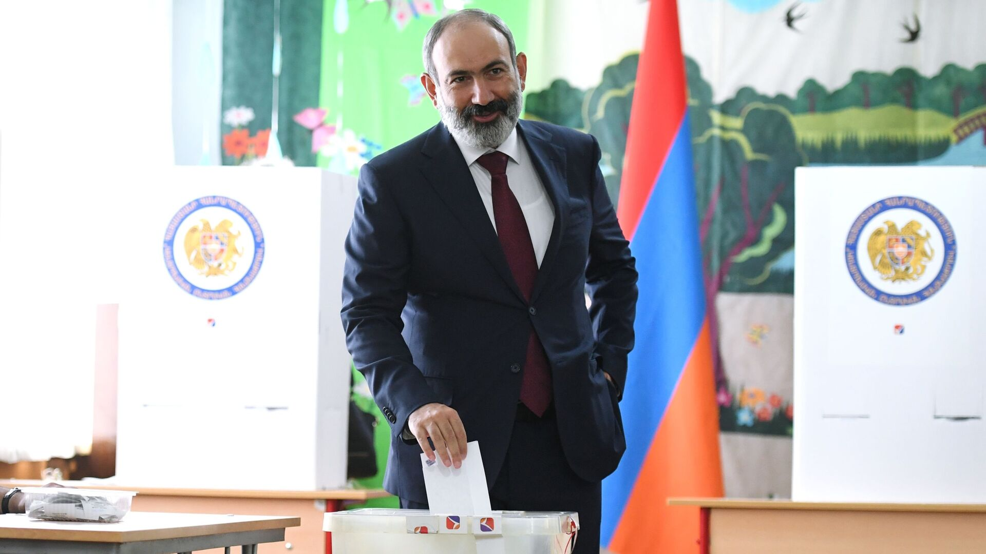 Nikola Paszinian głosuje w przedterminowych wyborach parlamentarnych w Armenii.  - Sputnik Polska, 1920, 20.06.2021