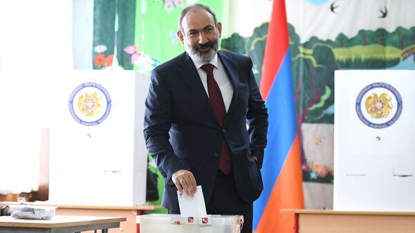 Nikola Paszinian głosuje w przedterminowych wyborach parlamentarnych w Armenii.  - Sputnik Polska