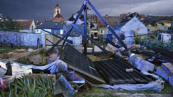 Поврежденные в результате торнадо здания в деревне Хруски, Южная Моравия, Чехия - Sputnik Polska