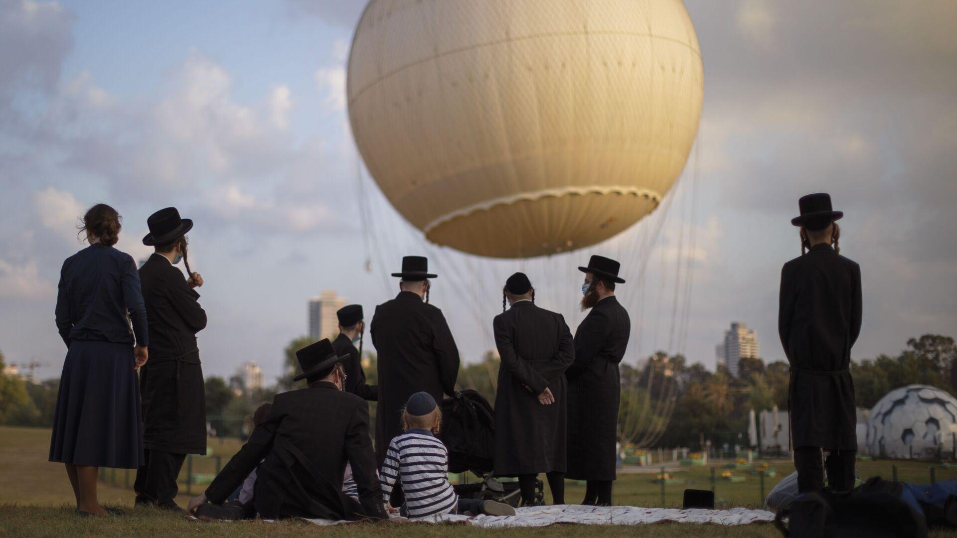 Ortodoksyjni Żydzi w parku w Tel Awiwie - Sputnik Polska, 1920, 25.06.2021