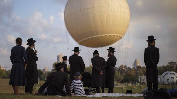 Ультраортодоксальные евреи в защитных масках в парке в Тель-Авива, Израиль - Sputnik Polska