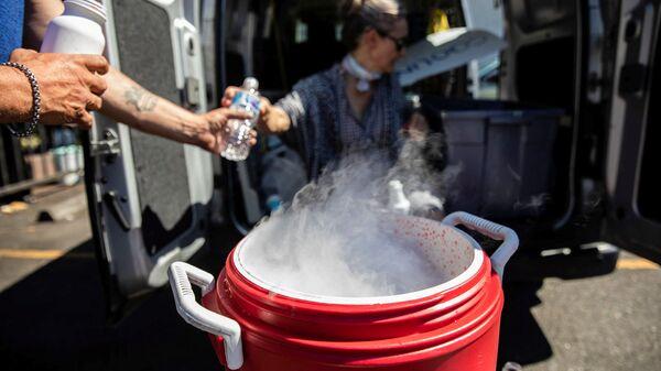 Люди используют сухой лед для охлаждения воды во время беспрецедентной жары в Портленде, штат Орегон, США - Sputnik Polska