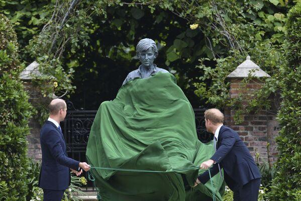 Książę William i książę Harry odsłaniają posąg w 60. urodziny księżnej Diany  - Sputnik Polska
