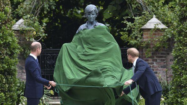Принц Уильям и принц Гарри открывают памятник своей матери принцессе Диане в саду Кенсингтонского дворца в Лондоне - Sputnik Polska