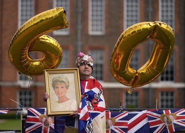 Fan Royal John Loughrey pozuje do zdjęcia, gdy stoi przed bramą Pałacu Kensington w Londynie, czwartek, 1 lipca 2021 r., aby uczcić 60. urodziny księżnej Diany. - Sputnik Polska