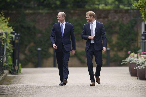 Książę William i książę Harry przybywają na odsłonięcie posągu w 60. urodziny księżnej Diany w Sunken Garden w Pałacu Kensington w Londynie, czwartek 1 lipca 2021 r. - Sputnik Polska