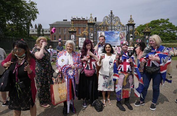 Królewscy fani wznoszą toast, stojąc przed bramą Pałacu Kensington w Londynie, w czwartek, 1 lipca 2021 r., z okazji 60. urodzin księżnej Diany - Sputnik Polska
