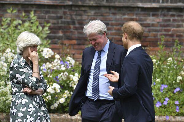 Brytyjski książę Harry rozmawia ze swoją ciotką, Lady Jane Fellowes i wujem Charlesem Spencerem - Sputnik Polska
