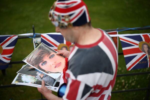 Królewski fan John Loughrey organizuje hołd dla brytyjskiej księżnej Diany przed Pałacem Kensington w Londynie, Wielka Brytania, 30 czerwca 2021 r. - Sputnik Polska