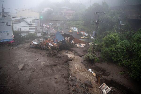 Zejście ławiny błotnej w mieście Atami w Japonii. - Sputnik Polska