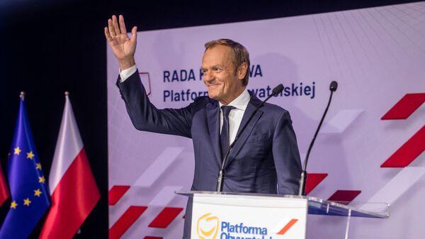 Бывший премьер-министр Польши и бывший президент Европейского совета Дональд Туск приветствует делегатов, прибывших на партийный съезд Гражданской платформы (Platforma Obywatelska) - главной оппозиционной партии в Польше, в Варшаве - Sputnik Polska