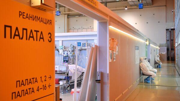 Медицинские работники возле палаты реанимации и интенсивной терапии во временном госпитале COVID-19 на ВДНХ в Москве - Sputnik Polska