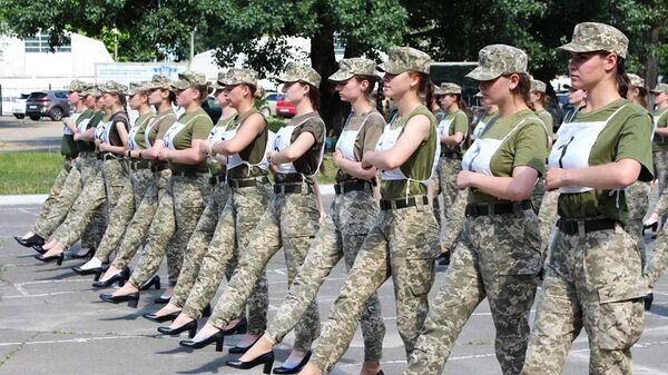 Украинские женщины-военнослужащие на каблуках во время репетиции военного парада в Киеве - Sputnik Polska