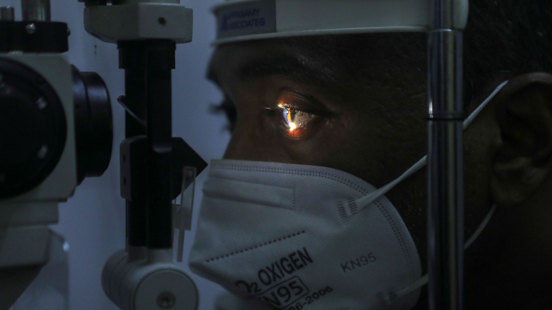 Lekarz sprawdza pacjenta pod kątem objawów mucormykozy za pomocą lampy szczelinowej w szpitalu w Bombaju w Indiach - Sputnik Polska, 1920, 06.07.2021