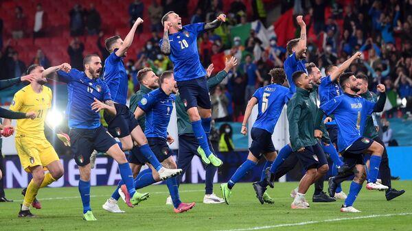 Игроки итальянской сборной после выхода в финал Евро-2020  - Sputnik Polska