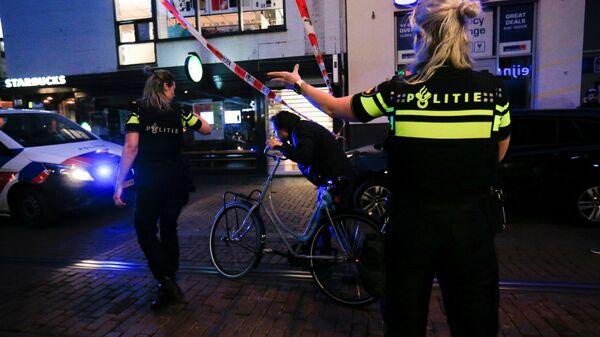 На месте покушения на криминального журналиста Питера Р. де Фриса в Амстердаме  - Sputnik Polska