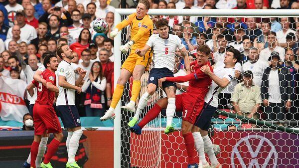 Футболисты сборной Англии и Дании во время матча на Евро-2020 - Sputnik Polska