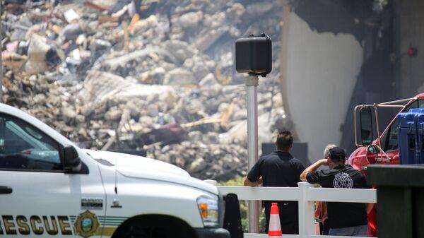 Спасатели на месте обрушения здания в Майами  - Sputnik Polska