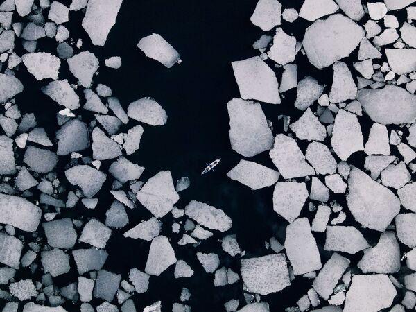 """""""Poza sezonem nad Bajkałem jest spektakularny i niezwykły czas"""" – mówi autor fotografii Dmitrij Kupratsevich. Od stycznia do maja Bajkał pokryty jest przezroczystym lodem - najpiękniejszym na świecie. Dno widoczne jest z głębokości kilkunastu metrów.  Zimą można chodzić po lustrze lodowym, jeździć na łyżwach. W ciepłym sezonie - popływać kajakiem i katamaranem. - Sputnik Polska"""