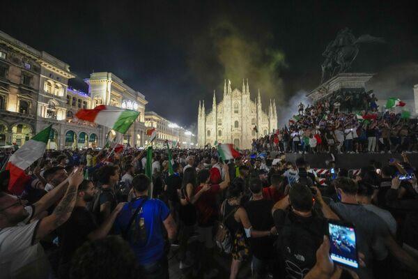 Fani futbolu świętują zwycięstwo reprezentacji Włoch w Mediolanie. - Sputnik Polska