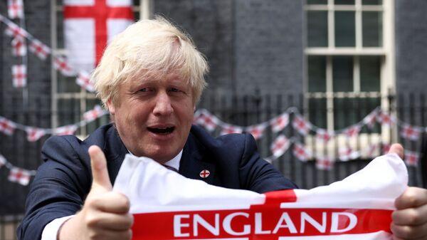 Премьер-министр Великобритании Борис Джонсон с флагом перед финалом Евро-2020  - Sputnik Polska