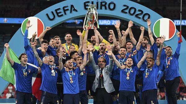Сборная Италии празднует победу на пьедестале почета после победы в финале Евро-2020 - Sputnik Polska