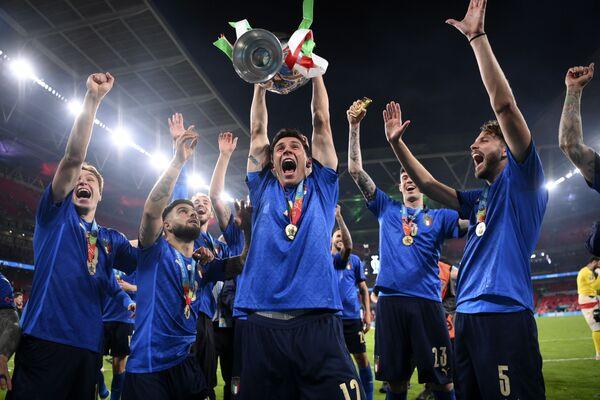 Reprezentacja Włoch świętuje zwycięstwo w Mistrzostwach Europy w piłce nożnej Euro 2020. - Sputnik Polska
